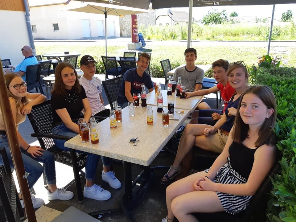 Les élèves de troisième du collège Sacré Coeur à Amancey fêtent leur réussite au brevet.